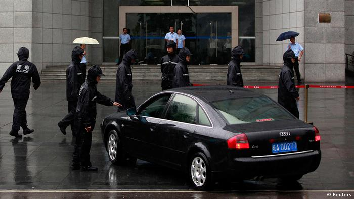 Policemen to check a government vehicle outside the Hefei Intermediate People's Court, where Gu Kailai is being tried for murder, in Hefei, Anhui Province August 9, 2012. China holds its most sensational trial this week since convicting the Gang of Four over 30 years ago, putting Gu Kailai, the wife of deposed leader Bo Xilai, in the dock for murder. REUTER/Aly Song (CHINA - Tags: CRIME LAW POLITICS)