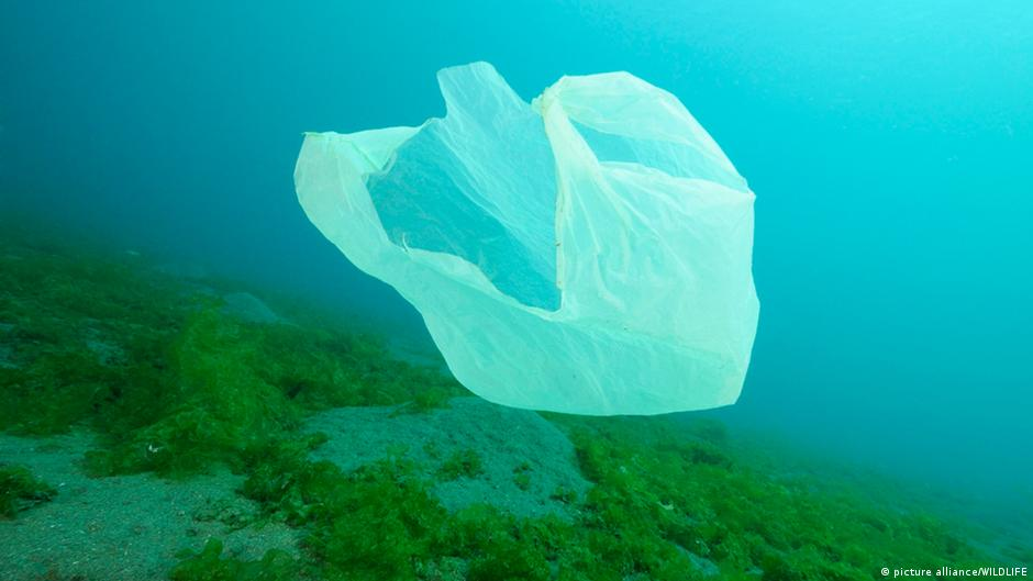 Saco plástico no oceano