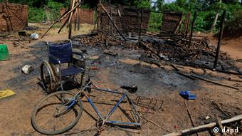 the wheelchair of Amelie Vlonhou, whose body lies nearby, sits beside a burned hut at the Dedjan campsite, near the banks of the Cavally River in western Ivory Coast. Survivors describe a May 22 massacre in Dedjan and the surrounding area, in which as many as 47 people including Vlonhou were killed by Republican Forces allied with President Alassane Ouattara. (Foto:Rebecca Blackwell/AP/dapd)