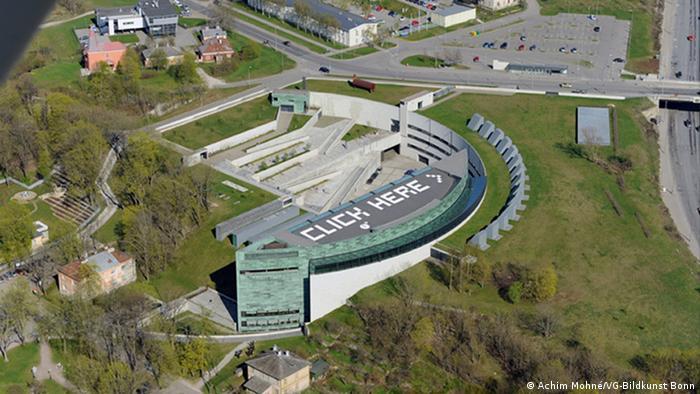 Крыша Художественного музея Куму в Таллине с надписью Click here