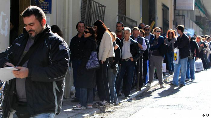 Unemployed Greeks wait in a long line at a state labor office to collect benefit checks, in Athens, on Monday, Oct. 24, 2011. Waiting times were lengthened by a computer system glitch early Monday. Greece, expecting a fourth year of recession in 2012, is suffering from a rapid rise in unemployment _ now at 16.5 percent _ and drop in living standards. (Foto:Thanassis Stavrakis/AP/dapd)