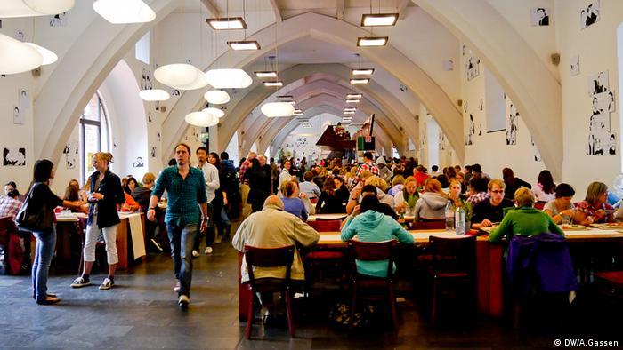 Die Mensa der Uni Heidelberg. Studenten essen und unterhalten sich (DW/A.Gassen)