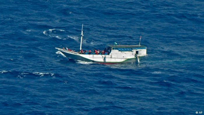 In this photo released by the Indonesian National Search And Rescue Agency, a wooden boat which is believed to have up to 180 asylum seekers on board floats on the waters off Christmas Island, Australia, Wednesday, July 4, 2012. Australian rescuers were trying to help the boat in bad weather and rough seas off Indonesia on Wednesday, a day after the countries agreed to strengthen maritime ties to combat people smuggling. (Foto:Indonesian National Search and Rescue Agency/AP/dapd)