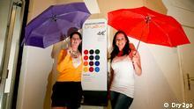 Gründerinnen der Firma Dr2go in Bochum, Rebecca Augustin und Daniela Wallraff. Das Start-up-Unternehmen stellte Regenschirmautomaten auf. Quelle: Dry2go. Die Fotos haben Rebecca Ausustin und Daniela Wallraff der Deutschen Welle kostenlos zur Veröffentlichung zur Verfügung gestellt. Firma Dry2go