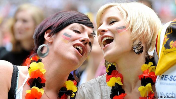 Немецкий гимн поют немецкие болельщицы