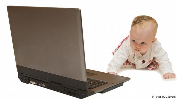 Beba pred računalom