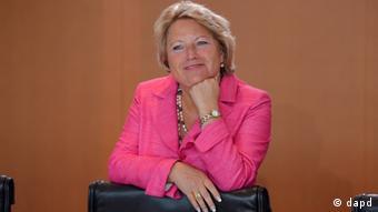 Berlin/ Die Staatssekretaerin im Auswaertigen Amt, Cornelia Pieper (FDP), wartet am Mittwoch (01.08.12) im Bundeskanzleramt in Berlin auf den Beginn der Sitzung des Kabinetts. Foto: Oliver Lang/dapd.
