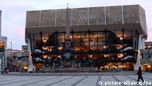 Das Leipziger Gewandhaus (r) und das Europahaus am Augustusplatz in Leipzig, aufgenmmen am 10.04.2006. Foto: Peter Endig +++(c) dpa - Report+++