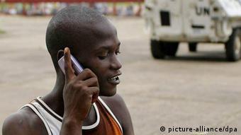 Cell phone user Foto: Ahmed Jallanzo/EPA dpa +++(c) dpa - Bildfunk+++