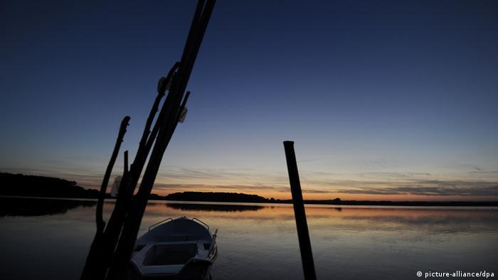 Abendliche Stimmung bei Sonnenuntergang über dem Neustädter Binnenwasser in Neustadt in Holstein, aufgenommen am 24.07.2012. Foto: Jens Kalaene dpa/lbn