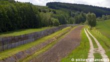 Blick auf den ehemaligen Todesstreifen an der früheren innerdeutschen Grenze, aufgenommen am 10.06.2009 in dem kleinen thüringischen Dorf Mödlareuth an der Grenze zu Bayern. Von 1966 bis zum Fall der Mauer vor fast zwanzig Jahren war das kleine Dorf durch eine 700 Meter lange Betonsperrmauer geteilt, rund 100 Meter des Grenzbauwerkes sind heute noch im erhalten. Das Freigelände war im Juni 1994 als ein Museum zur Geschichte der deutschen Teilung eröffnet worden. Foto: Jan-Peter Kasper +++(c) dpa - Report+++