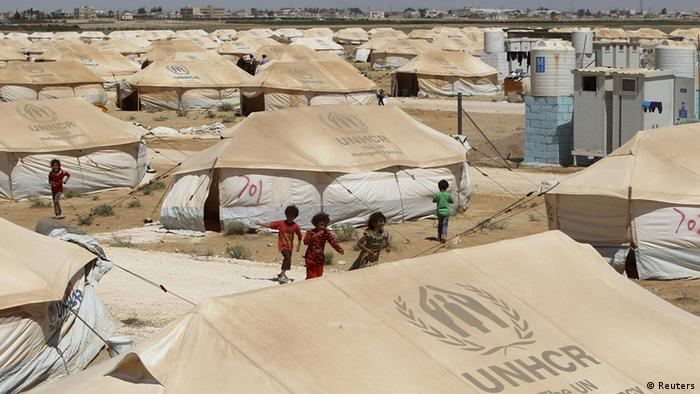 Das Flüchtlingscamp in Jordanien liegt in unmittelbarer Nähe zur syrischen Grenze. Die Zelte stehen dicht an dich. Nur drei Kinder laufen durch die Reihen. (Foto: Reuters/Ali Jarekji)
