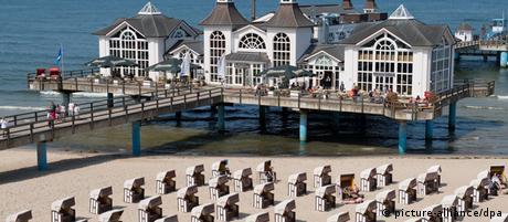 Am Ostseestrand von Sellin auf der Insel Rügen sind die Strandkörbe am 06.07.2012 größtenteils leer. Nach Ferienbeginn warten Hotels und Herbergen an Ostsee und Seenplatte weiter auf den Ansturm der Touristen. Viele Betten sind noch frei, wie eine Umfrage der Nachrichtenagentur dpa ergab. Foto: Stefan Sauer dpa/lmv