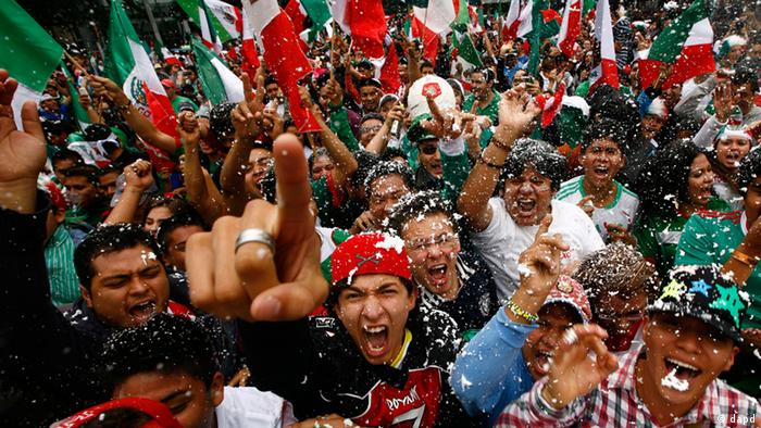 Fans of Mexico's soccer team celebrate after their team beat Brazil in the men's soccer final at the London 2012 Summer Olympics, at a restaurant in Mexico City, Saturday, Aug. 11, 2012. Mexico won the match 2-1 and the gold.(Foto:Marco Ugarte/AP/dapd)