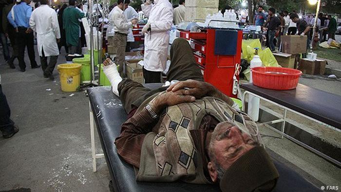 شهرستان اهر پس از زمین لرزه روز شنبه. مداوای زخمیها در بیرون از بیمارستان