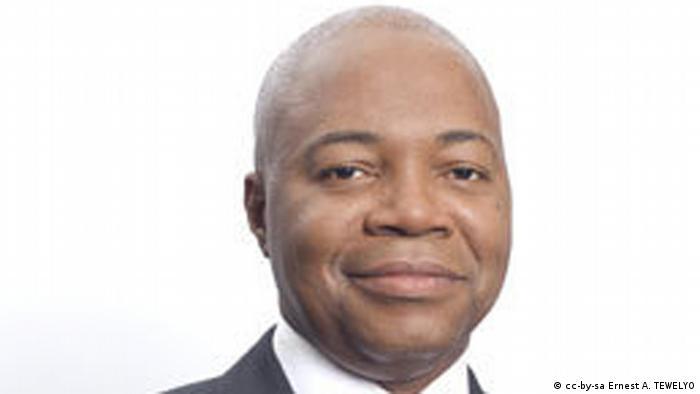 Inpiré par les événements en Côte d'Ivoire l'ancien ministre AMO s'autoproclame président du Gabon en janvier 2011, 17 mois après été battu à la présidentielle par Ali Bongo Ondimba. Accusé de haute trahison, il se réfugie dans l'enceinte d'une agence de l'Onu. Des problèmes de santé mettent fin à ses ambitions présidentielles. Son décès, en avril 2015 à 57 ans, entraîne des heurts à Libreville.