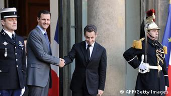 French president Nicolas Sarkozy (R) welcomes his Syrian counterpart Bashar al-Assad (Photo credit MIGUEL MEDINA/AFP/Getty Images)