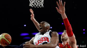 United States' Kobe Bryant shoots past Spain's Pau Gasol during a men's gold medal basketball game at the 2012 Summer Olympics, Sunday, Aug. 12, 2012, in London. (Foto:Eric Gay/AP/dapd).