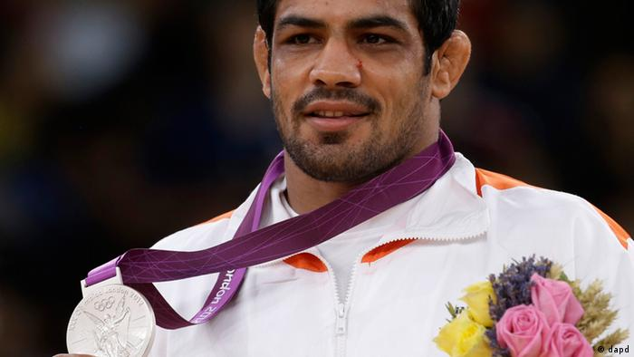 Sushil Kumar of India reacts during the victory ceremony after winning the silver medal in 66-kg freestyle wrestling at the 2012 Summer Olympics, Sunday, Aug. 12, 2012, in London. (Foto:Paul Sancya/AP/dapd).