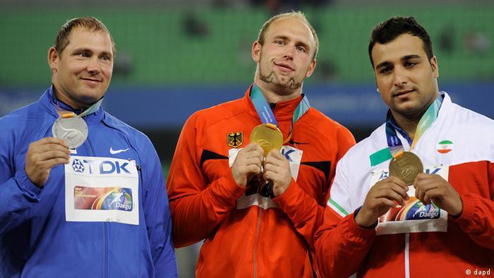 احسان حدادی (راست) مدال نقره المپیک ۲۰۱۲ لندن را کسب کرد