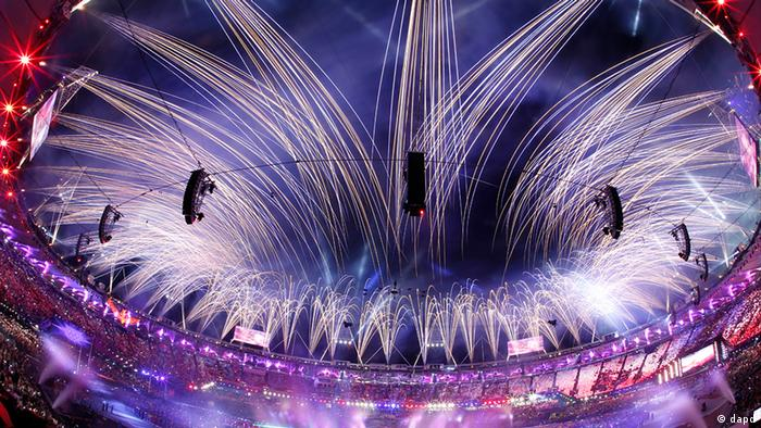 In this photo taken with a fisheye lens, pyrotechnics illuminate the sky above the Olympic Stadium during the Closing Ceremony at the 2012 Summer Olympics, Monday, Aug. 13, 2012, in London. (Foto:Julio Cortez/AP/dapd)