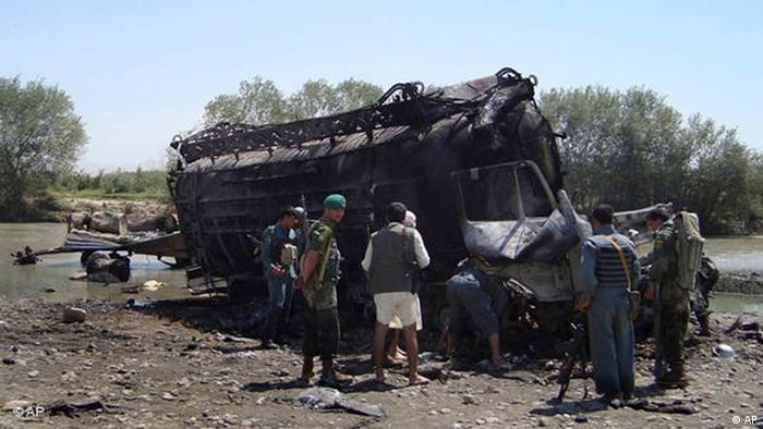 fghanische Polizeibeamte untersuchen am 4. September 2009 bei Kundus, Afghanistan einen der beiden verbrannten Tanklaster. Ziel des Bombardements bei Kundus (Bild: AP Photo)