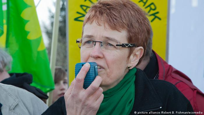 Demonstration unter dem Eggeturm auf dem Preussischen Velmerstot fuer und gegen den geplanten Nationalpark Teutoburger Wald-Eggegebirge-Senne: Die Bundestagsabgeordnete Ute Koczy (Kreis Lippe, Buendnis90/Die Gruenen) / people demontrating for and against the planned National Park in Teutoburger Wald - Eggegebirge - Senne / Foto: Robert B. Fishman, ecomedia, 15.4.2012