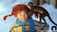 ARCHIV - Lächelnd trägt die Schauspielerin Inger Nilsson in einem Film von 1968 als Pippi Langstrumpf an einem kalten Wintertag ihr Äffchen Herr Nilsson auf der Schulter spazieren (Szenenfoto von 1968). «Ich bin nicht Pippi Langstrumpf!» sagt Inger Nilsson immer und immer wieder, aber es hat wenig geholfen. Auch zum 50. Geburtstag der Schwedin am kommenden Montag (04.05.2009) wird sich alle Welt wieder einmal daran erinnern, wie unwiderstehlich sie zwischen 1968 und 1970 die freche, selbstbewusste, lustige und wahnsinnig starke Kinderbuch- Figur im Fernsehen und auf der Kinoleinwand verkörpert hat. Foto: epa (zu dpa-Korr. Inger Nilsson wird 50: «Ich bin nicht Pippi! vom 28.04.2009) +++(c) dpa - Bildfunk+++