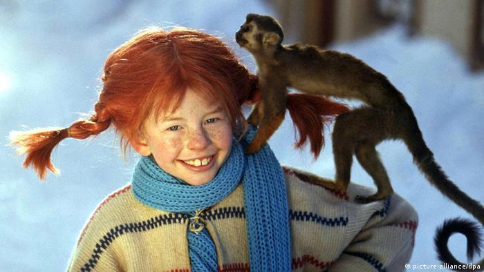 Pippi Langstrumpf mit Strickpulli, Schal und kleinem Affen auf der Schulter
