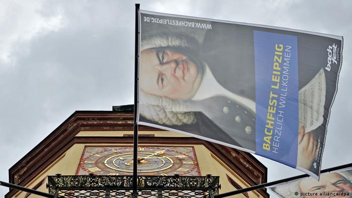 Fahnen am Turm des Alten Rathauses in Leipzig werben für das Bachfest.