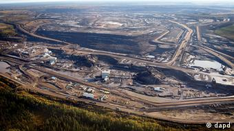 FILE - This Sept. 19, 2011 file photo shows an aerial view of a tar sands mine facility near Fort McMurray, in Alberta, Canada. Alberta has the world's third-largest oil reserves after Saudi Arabia and Venezuela - more than 170 billion barrels. Daily production of 1.5 million barrels from the oil sands is expected to increase to 3.7 million in 2025, which the oil industry sees as a pressing reason to build the pipelines. A European Union committee failed Thursday Feb. 23, 2012 to reach a definite decision on labeling oil derived from oil sands as worse for climate change than crude oil _ a proposal vigorously opposed by officials in Canada, where such oil is produced. (Foto:The Canadian Press, Jeff McIntosh, File/AP/dapd)