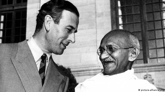 Großbritannien Indien Gandhi mit Louis Lord Mountbatten (picture-alliance/akg)
