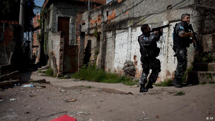 Military police patrol the Complexo do Alemao slum in Rio de Janeiro, Brazil, Tuesday, July 24, 2012. Public safety authorities say a police officer was shot and killed in this hillside favela slum that's a key symbol of the Olympic city's highly publicized slum pacification program. (Foto:Felipe Dana/AP/dapd).