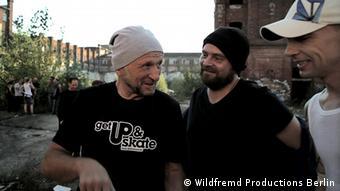 Titus Dittmann mit ehemaligen Skatern aus der DDR - zum Start von This ain't California am 16.08.2012 (Foto: Wildfremd Productions Berlin)