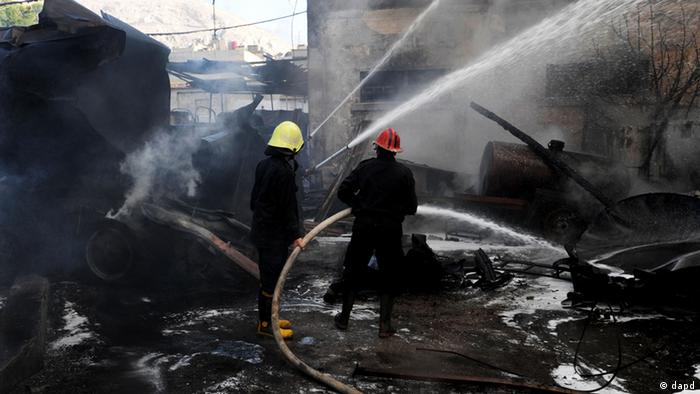 In this photo released by the Syrian official news agency SANA, firefighters extinguish fire at the scene after a bomb attached to a fuel truck exploded outside a Damascus hotel where U.N. observers are staying according to the Syria's state TV in Damascus, Syria, on Wednesday Aug. 15, 2012. According to an Associated Press reporter at the scene, the blast had gone off inside a different parking lot, one belonging to a military compound and not the military command. The lot is near the Dama Rose Hotel, popular with the U.N. observers in Syria. (Foto:SANA/AP/dapd)