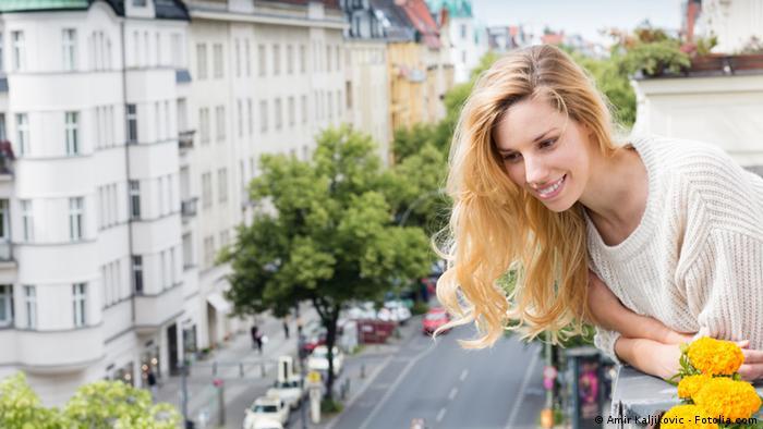 Frau auf dem Balkon Nachbarschaft