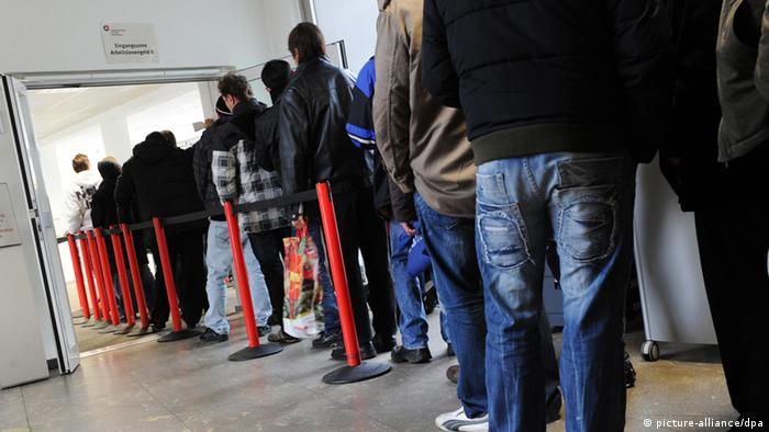 Menschen stehen am Dienstag (01.02.2011) Schlange im Integrationscenter für Arbeit Gelsenkirchen - das jobcenter in Gelsenkirchen. Der frostige Winter macht das Arbeiten in vielen Berufen derzeit unmöglich und hat die Zahl der Arbeitslosen in Deutschland auf 3,347 Millionen steigen lassen. Im Vergleich zum Dezember ist das zwar ein Plus von 331 000, doch vor einem Jahr waren im Januar noch 270 000 mehr Menschen auf Jobsuche, wie die Bundesagentur für Arbeit (BA) am Dienstag in Nürnberg mitteilte. Foto: Julian Stratenschulte dpa/lnw +++(c) dpa - Bildfunk+++ pixel