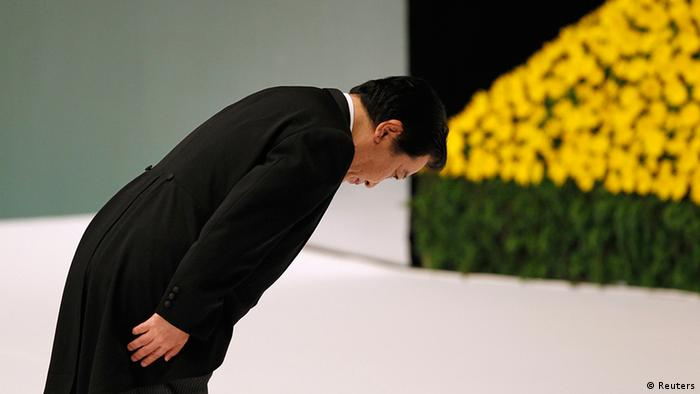 Japan's Prime Minister Yoshihiko Noda bows before an altar for those who died in World War Two during a memorial service ceremony marking the 67th anniversary of Japan's surrender in the war at Budokan Hall in Tokyo August 15, 2012. Japanese cabinet members paid homage at Yasukuni, a controversial shrine for war dead on Wednesday, a move likely to further strain relations with China and South Korea. REUTERS/Yuriko Nakao (JAPAN - Tags: POLITICS ANNIVERSARY)