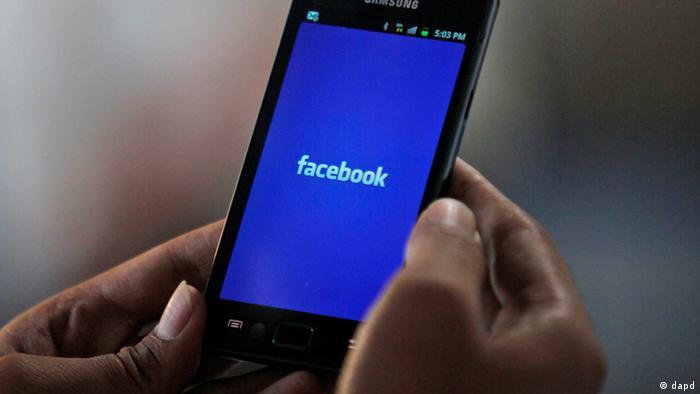 Приложение соцсети Facebook на мобильном телефоне, фото из архива