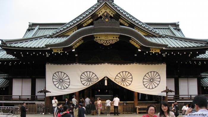 Touristen betrachten am 05.10.2008 das Hauptgebäude des Yasukuni-Schreins in Tokio. Die Besuche japanischer Politiker am Shinto Schrein im Bezirk Chiyoda sind immer wieder Auslöser heftiger Debatten, da hier auch verurteilte Kriegsverbrecher geehrt werden. Foto: Alexandra Schuler +++(c) dpa - Report+++
