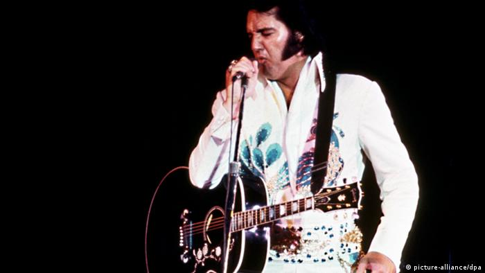 Elvis Presley on stage (picture-alliance/dpa)