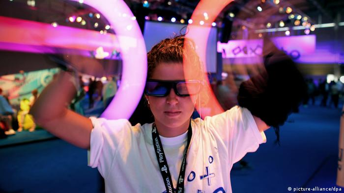 Woman playing game at Gamescom fair Photo: Oliver Berg dpa/lnw