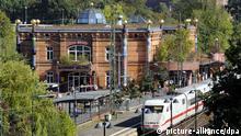 Der sogenannte Hundertwasserbahnhof in Uelzen wird am Dienstag (01.09.2009) von einem ICE passiert. Das Bauwerk ist als Bahnhof des Jahres 2009 gekürt worden. Es wurde von einer Jury nach Punkten wie Kundeninformation, Sauberkeit und Anbindung in die Stadt ausgewählt. Die nach Plänen des österreichischen Architekten Friedensreich Hundertwasser (1928-2000) gestaltete Station im niedersächsischen Uelzen verbinde Kunst mit Kundenfreundlichkeit. Foto: Holger Hollemann dpa/lni (zu lni Erfurt und Uelzen als Bahnhöfe des Jahres gekürt vom 02.09.2009) +++(c) dpa - Bildfunk+++ pixel