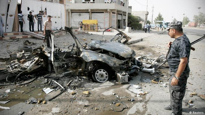 Security personnel inspect the site of a car bomb attack in Kirkuk, 250 km (155 miles) north of Baghdad, August 16, 2012. Two car bombs went off simultaneously in Iraq's ethnically mixed oil-rich city of Kirkuk on Thursday, killing three people and wounding 10 others, police and hospital sources said. REUTERS/Ako Rasheed (IRAQ - Tags: CIVIL UNREST)