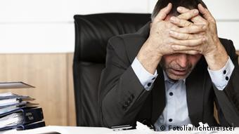 Frustrated office manager overloaded with work (Fotolia: #34374526); © Fotolia/lichtmeister