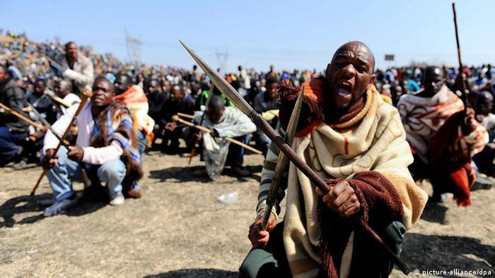 Wafanyakazi wa machimbo ya madini wakiwa na silaha za kienyeji kujihami na mashambulizi ya polisi.