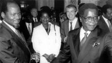 Apertar das mãos entre Joaquim Chissano (FRELIMO, à esquerda) e Afonso Dhlakama (RENAMO, à direita) em Roma no dia 4 de outubro de 1992