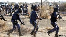 Polisi wakikabiliana na mashambulizi ya waandamanaji katika mgodi wa madini ya Platinum.