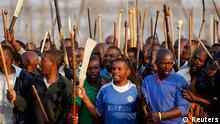 Wafanyakazi walio kwenye mgomo wakiimba katika mgodi wa Platinum.