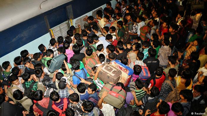 People from India's northeastern states crowd to board a train back to their homes at the railway station in the southern Indian city of Bangalore August 16, 2012. Thousands of people from the northeast fled from Bangalore on Thursday as fear grew of a backlash over violence against Muslims in Assam and neighbouring Myanmar. Picture taken August 16, 2012. REUTERS/Stringer (INDIA - Tags: CIVIL UNREST SOCIETY)